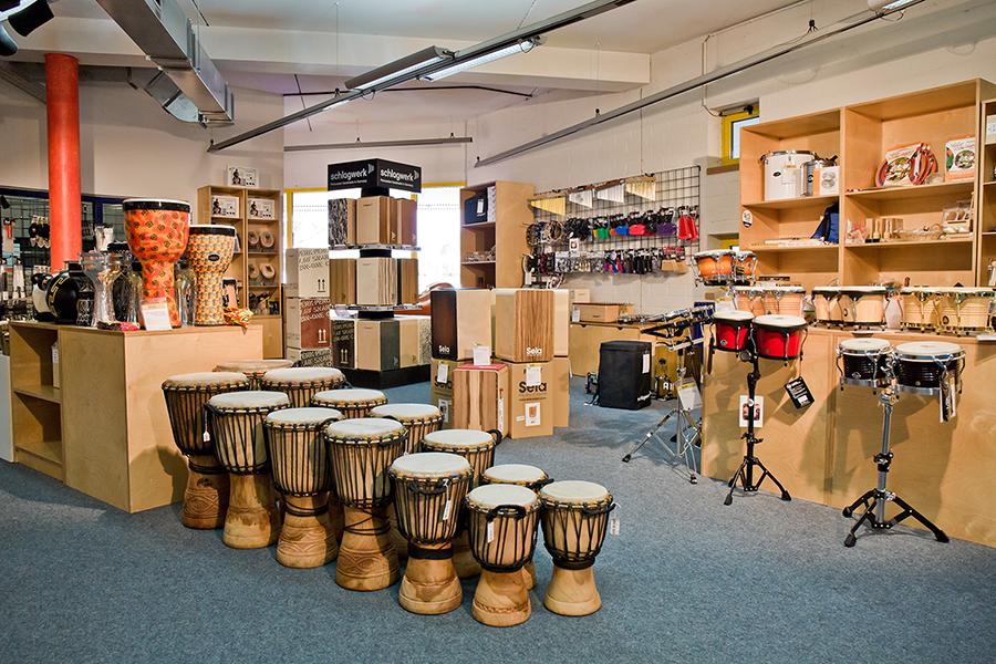 Trommeln, Cajons, Schellenringe und mehr in der Percussion-Abteilung