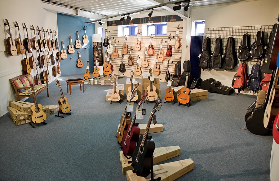Konzertgitarren und Taschen