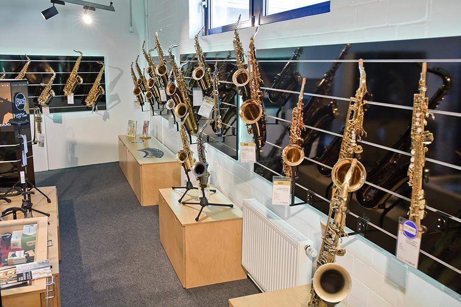 verschiedene Saxophone und weitere Blasinstrumente